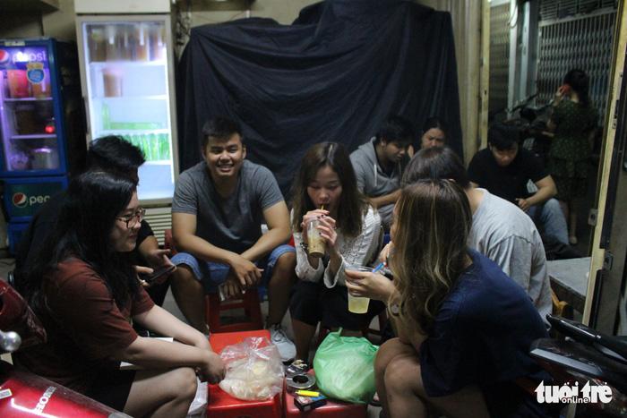 Cà phê vợt là nơi tụ tập của nhiều nhóm bạn muốn tìm hiểu một nét văn hóa Sài Gòn xưa - Ảnh: MỸ DUYÊN