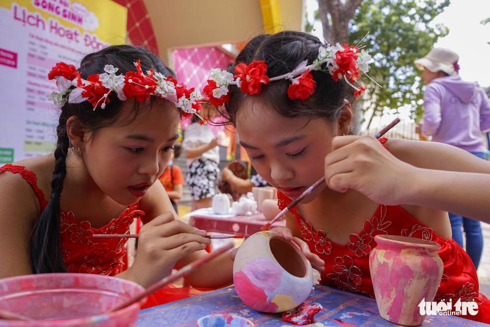 Hai chị em Huỳnh Lâm Mỹ Dung - Huỳnh Lâm Mỹ Duyên (quận 11, TP.HCM) cho biết đều thích ca hát và đi du lịch. Tham gia ngày hội song sinh hôm nay khiến các em thêm phần gắn kết khi hiểu hơn về cộng đồng song sinh giống mình - Ảnh: HỮU THUẬN