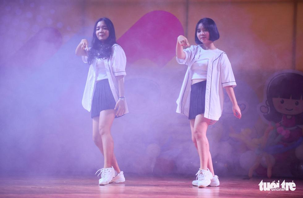 Màn nhảy hiphop của cặp chị em song sinh trong ngày hội - Ảnh: HỮU THUẬN