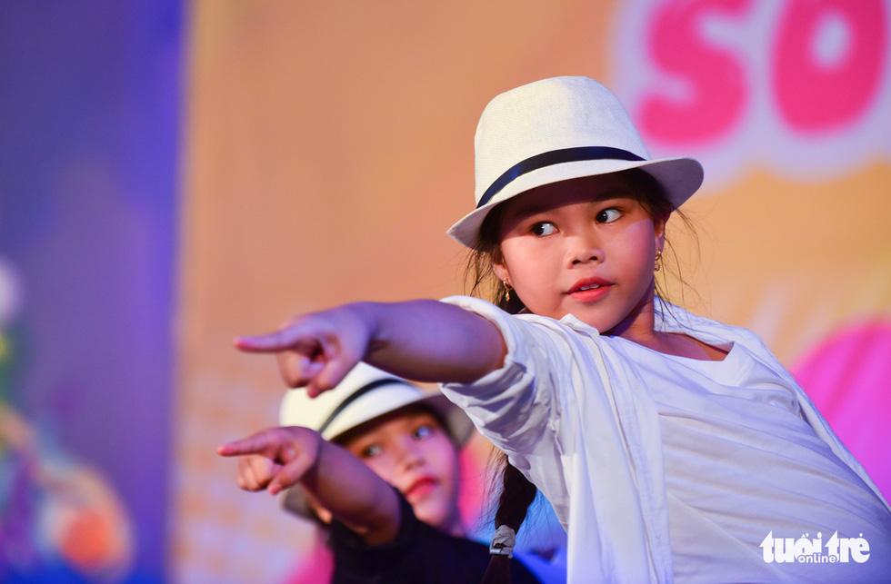 Điệu nhảy Michael Jackson do cặp chị em song sinh Huỳnh Mai - Huỳnh Xuân (10 tuổi, quận 7) biểu diễn - Ảnh: HỮU THUẬN