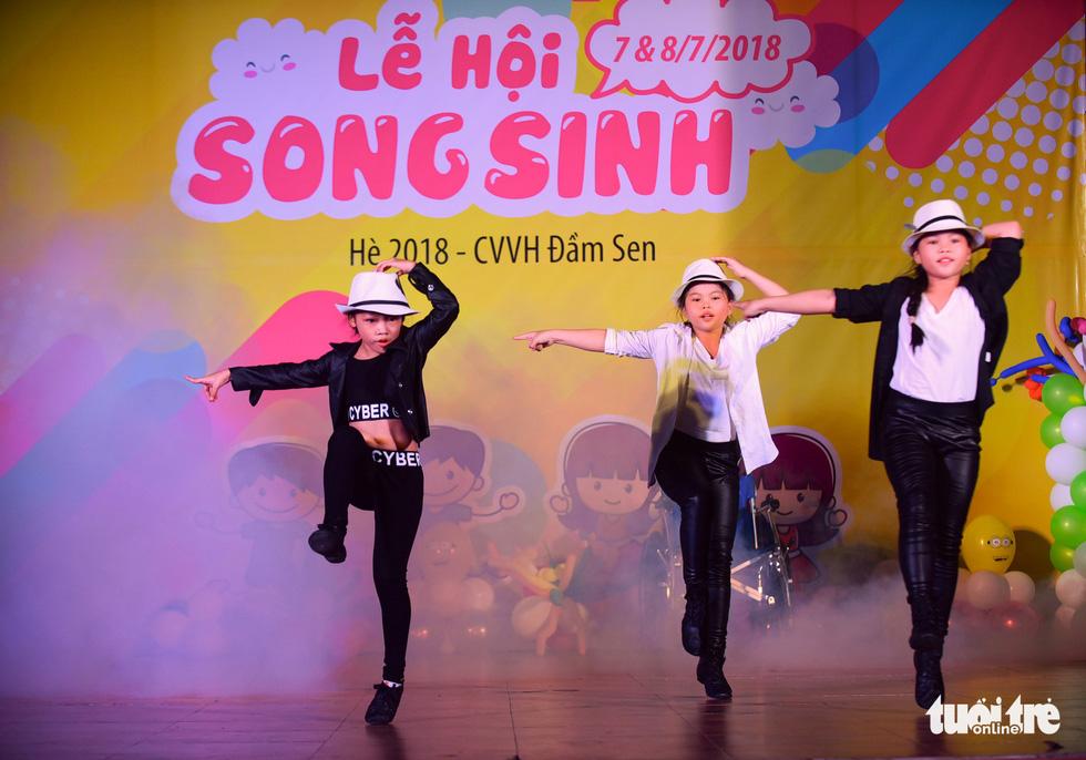 Nhiều tiết mục như ca hát, ảo thuật, diễn kịch, múa... được các cặp sinh đôi biểu diễn - Ảnh: HỮU THUẬN