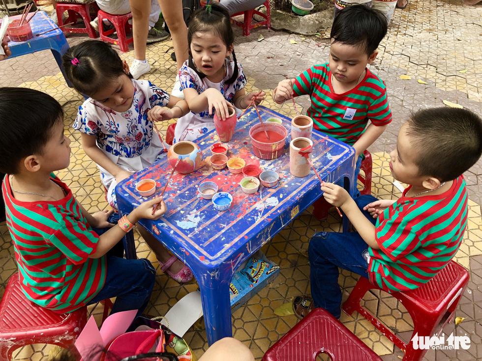 Năm đứa con sinh năm của chị Lê Huỳnh Anh Thư (TP HCM) góp mặt tại ngày hội. Đây là ca sinh năm đầu tiên và duy nhất cho đến nay ở Việt Nam - Ảnh: HỮU THUẬN