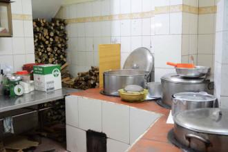 Mỗi tháng, quán sử dụng đến 15 mét khối củi