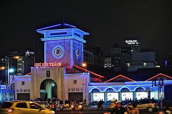 Chợ Bến Thành: Sẽ thật thiếu sót nếu không nhắc đến ngôi chợ nhà lồng hơn một thế kỷ tuổi đời này ở Sài Gòn. Tọa lạc tại vị trí trung tâm đầy sôi động, chợ Bến Thành là một trong những điểm du lịch hút khách nhất ở thành phố. Ảnh: @danielflytw, @diep.phan13, @hoanghaiquynh, @me_ke_arisa.