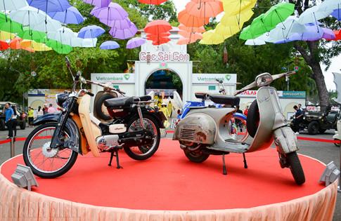 Giữa sân khấu chính, những chiếc Vespa, Lambretta, Mobylette… hàng chục năm tuổi được trưng bày.