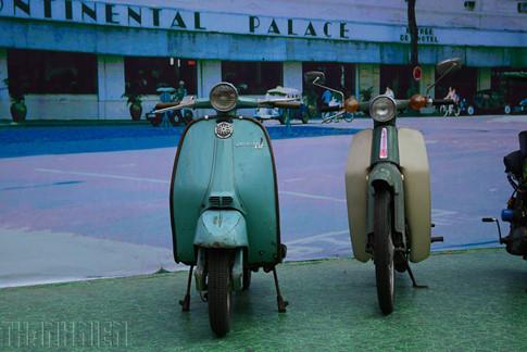 """Hình ảnh về một góc phố Sài Gòn xưa được phục dựng để trưng bày mẫu Lambretta và """"huyền thoại"""" Honda Cub 50."""