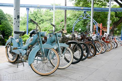 """Dàn xe Mobylette, Velosolex, Motobecane… với một số mẫu mã được sản xuất từ năm 1946 cũng hội tụ về """"Ngày hội xe cổ Sài Gòn""""."""