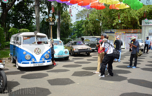 """Ngoài ra, """"Ngày hội xe cổ Sài Gòn"""" còn quy tụ hạng chục chiếc ô tô cổ độc đáo như con bọ """"huyền thoại"""" Volkswagen Beetle…"""
