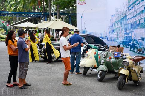 """Nhiều người dân đội nắng ngắm """"xế cổ"""" trưng bày tại quảng trường Âu Lạc thuộc Công viên văn hóa Đầm Sen."""