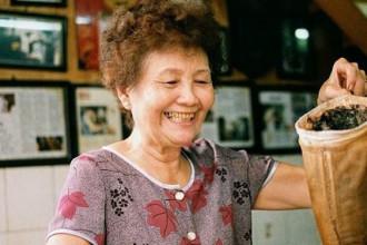 Cô chủ quán luôn tươi cười, niềm nở với khách - Ảnh: MỸ DUYÊN