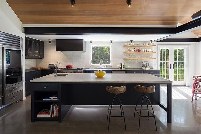 Trong một nhà bếp có hai gam màu đối lập trắng và đen thì sàn nhà bê tông màu xám sẽ góp phần làm dung hòa hai sắc thái đối lập này. Thậm chí nó có thể xem là gam màu tối ưu hơn so với việc phủ một sàn nhà gạch bông màu vàng, xanh, trắng... không tạo điểm nhấn cũng như sự khác biệt nhất định.