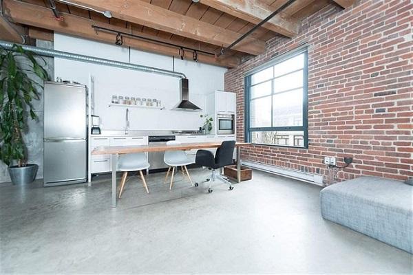 Tường gạch, tường trắng xám phối với sàn bê tông xám lơ khiến không gian nhà bếp mang một tông màu dịu nhẹ, không gian trở nên rộng rãi, thoáng đãng hơn rất nhiều.