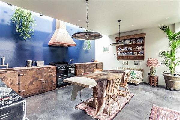 Nhà bếp đầy cá tính này nổi bật nhờ chieckệ tủ kim loại cũ mộc mạc và vách tường màu xanh dương đậm cùng sàn nhà bê tông xám màu nhiều vết loang trắng phối hợp lại với nhau