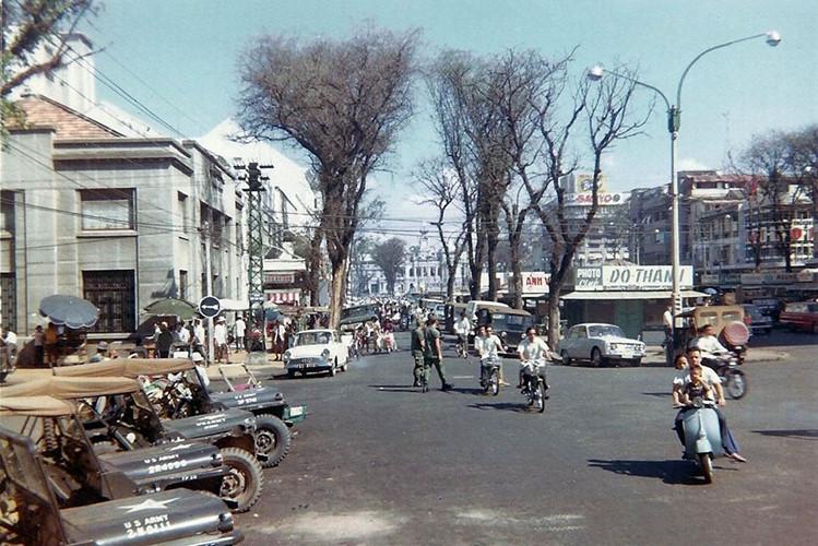 Tòa nhà bên trái là câu lạc bộ USO, một câu lạc bộ giải trí cho lính Mỹ nằm trên đại lộ Nguyễn Huệ. Ảnh: David Stromberger.