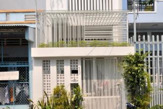 Vào những năm 1970, ông Bảnh (quận 12, TP HCM) mua được mảnh đất hơn 50 m2 với giá 10 nghìn rưỡi. Suốt bao năm qua, gia đình hai vợ chồng, hai con sống trong căn nhà cấp bốn thấp hơn mặt đường nửa mét, vất vả trong những ngày mưa gió. Tới năm 2017, gia đình mới có điều kiện để xây một ngôi nhà mới.