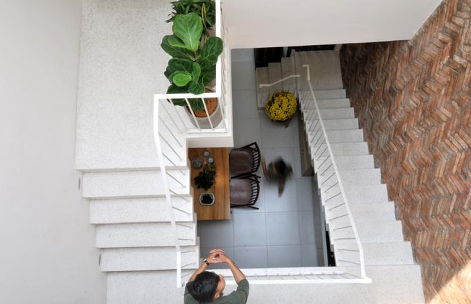 Khu vực cầu thang được bố trí khéo léo không chỉ là lối lưu thông mà còn là nơi dừng bước nghỉ ngơi, chỗ kết nối giữa các thành viên khi ở các tầng khác nhau.