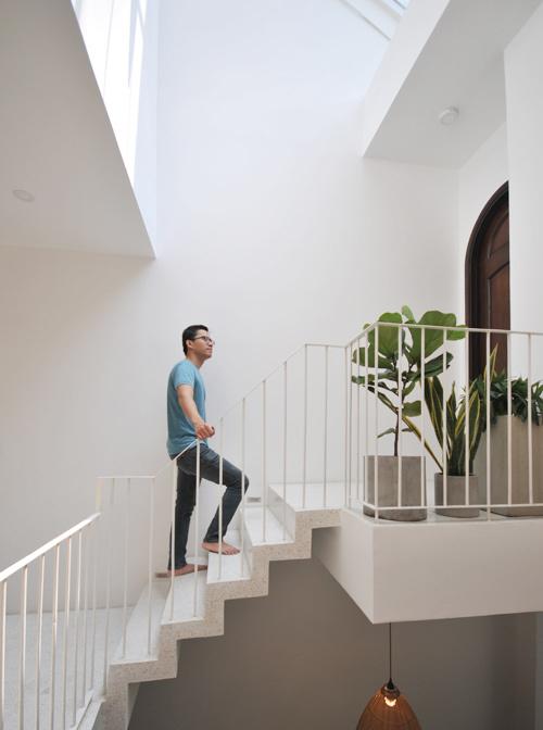 Những bậc thang, tay vịn được thiết kế nhẹ nhàng, thanh thoát với tông màu trắng sáng.