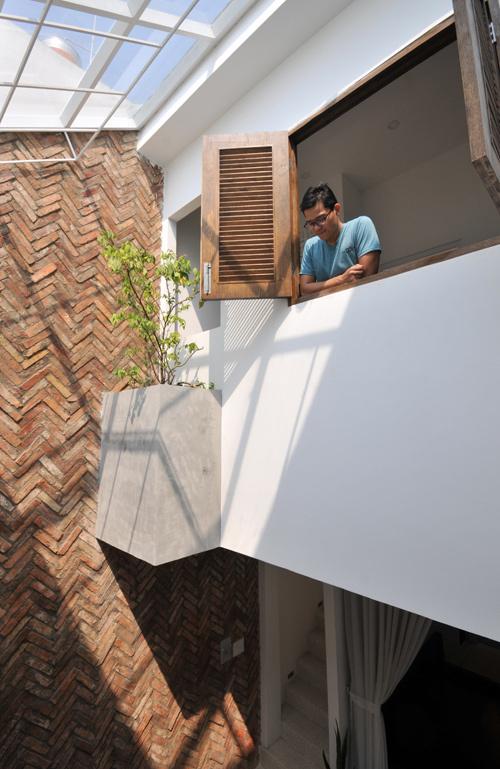 Nhà có ba phòng ngủ bố trí ở cả tầng một, tầng lửng và tầng hai. Nhờ có khoảng thông tầng nên mọi phòng đều có thể mở cửa đón nắng gió.