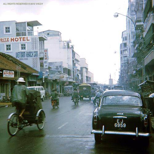 Trên đường Hai Bà Trưng. Phía cuối đường là tượng đài Trần Hưng Đạo. Ảnh: V4coy.com.