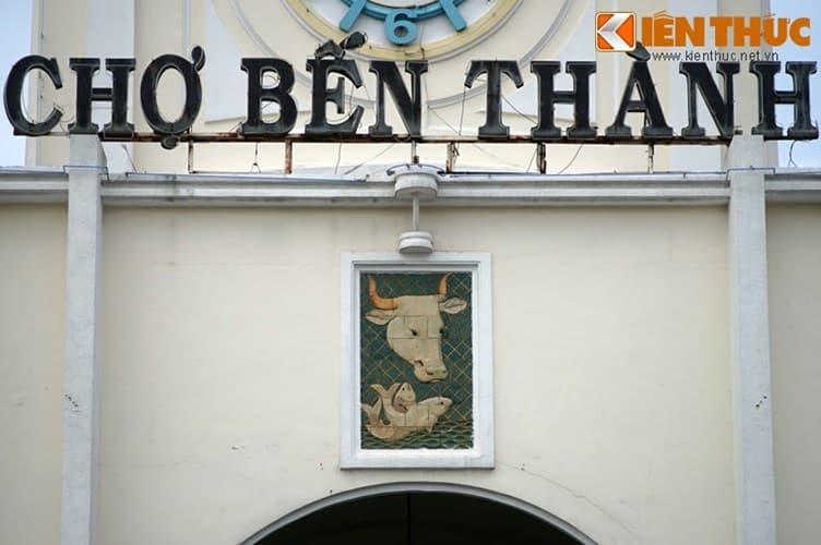 Theo đó, 12 bức phù điêu bằng gốm được gắn lên 4 mặt của chợ Bến Thành từ năm 1952. Tác phẩm này là do họa sĩ Lê Văn Mậu sáng tác và phối hợp chế tác cùng các nghệ nhân gốm của xưởng mỹ nghệ Biên Hòa theo đơn đặt hàng của nhà thầu chợ Bến Thành.