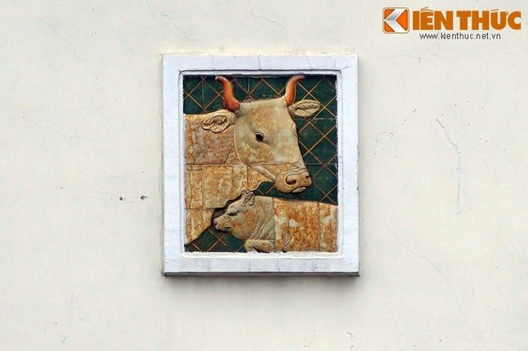 Sau khi các phù điêu hoàn thành ở xưởng, các nghệ nhân Phạm Văn Ngà (Ba Ngà), Nguyễn Trí Dạng (Tư Dạng) và Võ Ngọc Hảo được xưởng mỹ nghệ Biên Hòa cử lên Sài Gòn để gắn những lên cổng chợ Bến Thành.