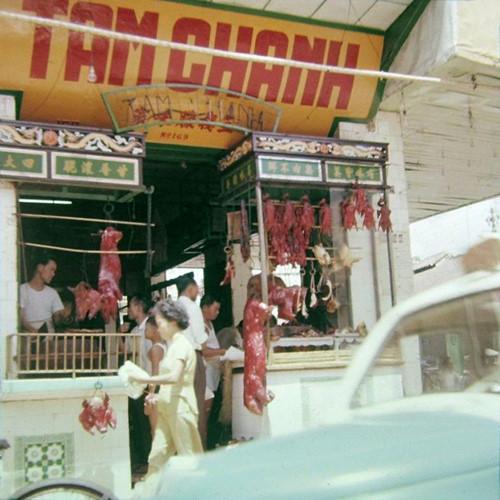 Tiệm thịt quay Tâm Chánh với hai quầy hàng trang trí đậm nét văn hóa Trung Hoa, Chợ Lớn thập niên 1960. Ảnh tư liệu.