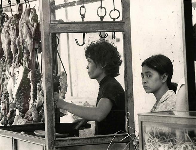 Xe bán thịt quay lưu động ở Chợ Lớn năm 1966. Ảnh tư liệu.