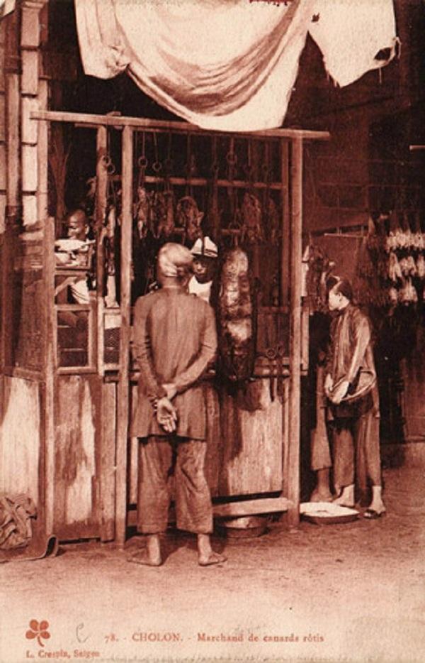 Tiệm thịt quay của người Hoa ở Chợ Lớn đầu thế kỷ 20. Thịt quay là món ăn đặc trưng của người Hoa, đã du nhập vào Việt Nam từ nhiều thế kỷ trước thông qua cộng đồng Hoa Kiều. Ảnh tư liệu.