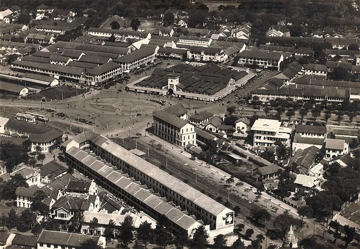Toàn cảnh chợ Bến Thành thập niên 1920 nhìn từ máy bay. Ảnh: Belleindochine.