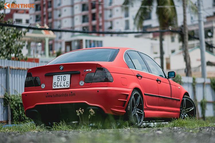 Được biết những chiếc xe BMW 318i E46 thuộc thế hệ thứ 4 (1998 – 2006) của dòng BMW 3 series. Chiếc xe BMW 318 hàng nát trong bài viết này được sản xuất vào năm 2005. Sau khoảng 13 năm lăn bánh và từng qua tay nhiều đời chủ, mới đây nó được một tay thợ độ xe máy tại Sài Gòn - garage môtô Tự Thanh Đa làm mới lại.