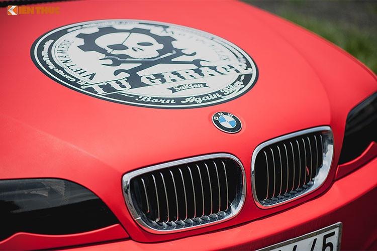 Về ngoại hình, chiếc xe BMW 318i cũ này được garage môtô Tự Thanh Đa độ chế lại một bộ bodykit mới theo sở thích riêng của mình với phong cách cá tính hơn, mang dáng dấp của xe thể thao BMW M5 đình đám.