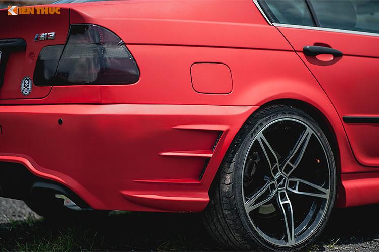 Thân xe nhờ bộ bodykit tự chế cũng mang vẻ ngoài khác biệt hơn nhiều so với nguyên bản kiểu cũ trước đây. Các mang cá thiết kế dạng khí động học cũng xuất hiện ở phía sườn trước và sau của chiếc BMW 318i độ này.