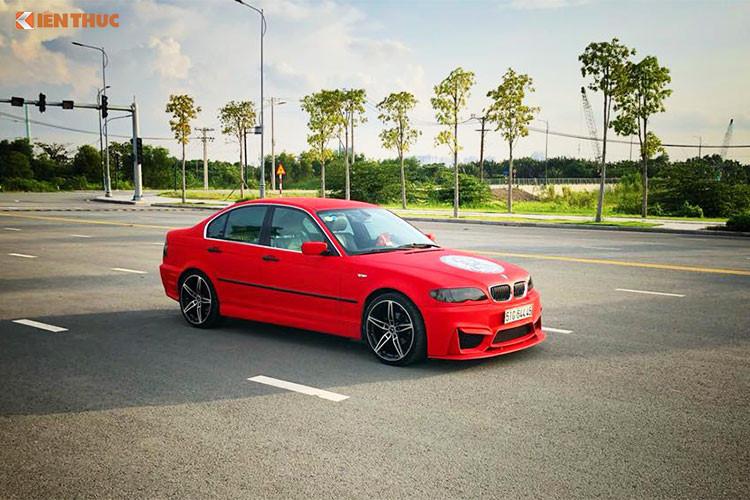 Về động cơ chiếc xe sang BMW 318i đời cũ trong bài viết này sử dụng động cơ 4 xy-lanh. Dòng xe này được lắp ráp trong nước phổ biến với các model từ 2001 – 2005 do BMW liên doanh với Ôtô Hòa Bình (VMC). Chất lượng phiên bản đời này rất tốt và khi chủ xe chỉ cần nâng cấp về body kit là chiếc xe gần như đẹp mới và khác biệt nhiều.