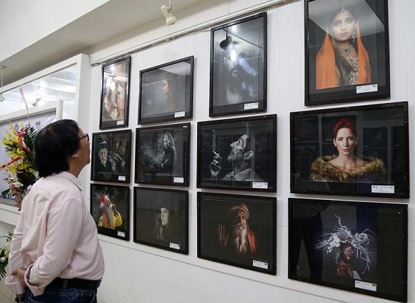 Khách tham quan triển lãm tại Hội Nhiếp ảnh TP.HCM (122 Sương Nguyệt Ánh, quận 1).