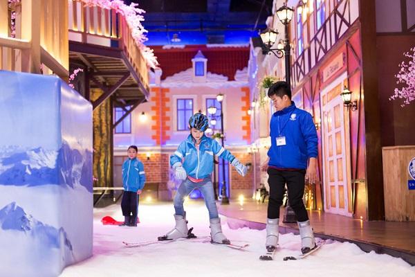 Mùa hè vẫn có thể đi trượt tuyết mà lại ở ngay Sài Gòn! - Ảnh: CÔNG KHÔI