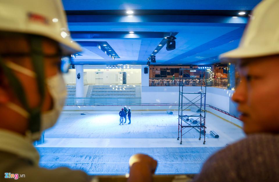 Sân băng nằm tại tầng B1 có diện tích đến 2.000 m2 cũng đã hoàn tất các khâu lắp đặt kỹ thuật cuối cùng.