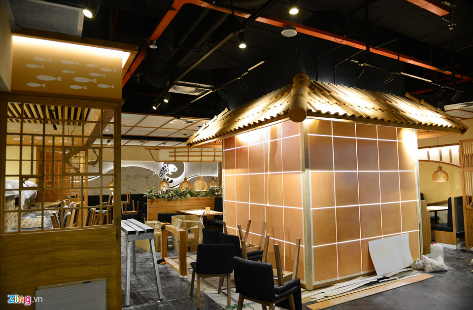 Nhiều nhà hàng thiết kế trẻ trung, đẹp mắt. Trong ảnh là không gian bếp của nhà hàng Nhật thiết kế thành một ngôi nhà.