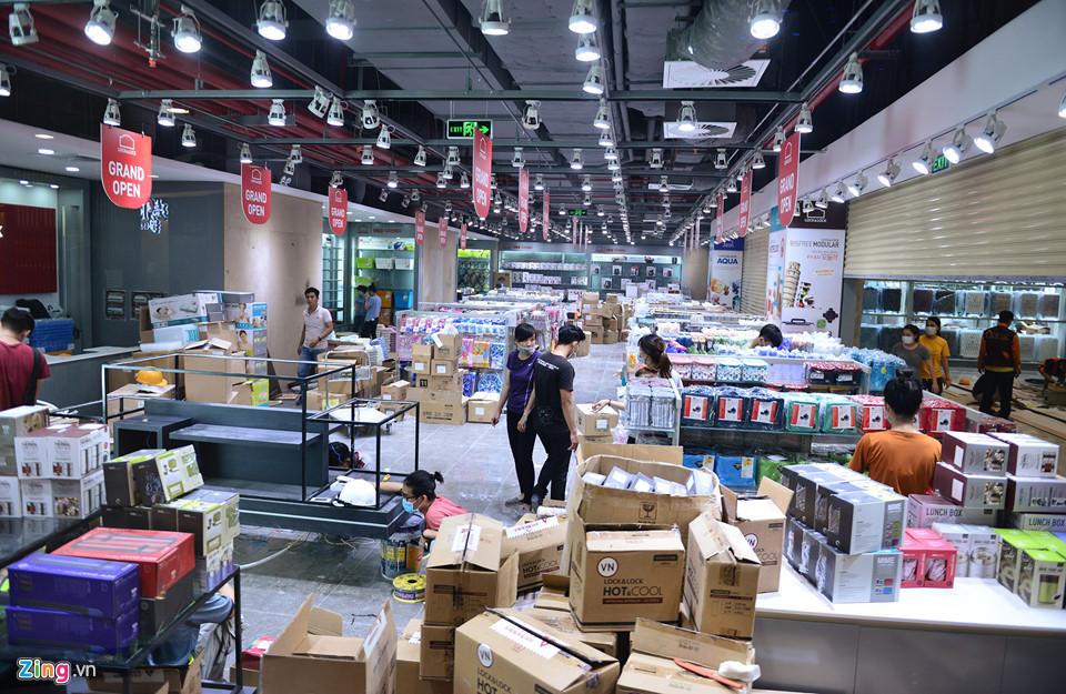 Một chuỗi siêu thị huy động hàng chục nhân viên sắp đặt hàng hóa trước ngày mở cửa.