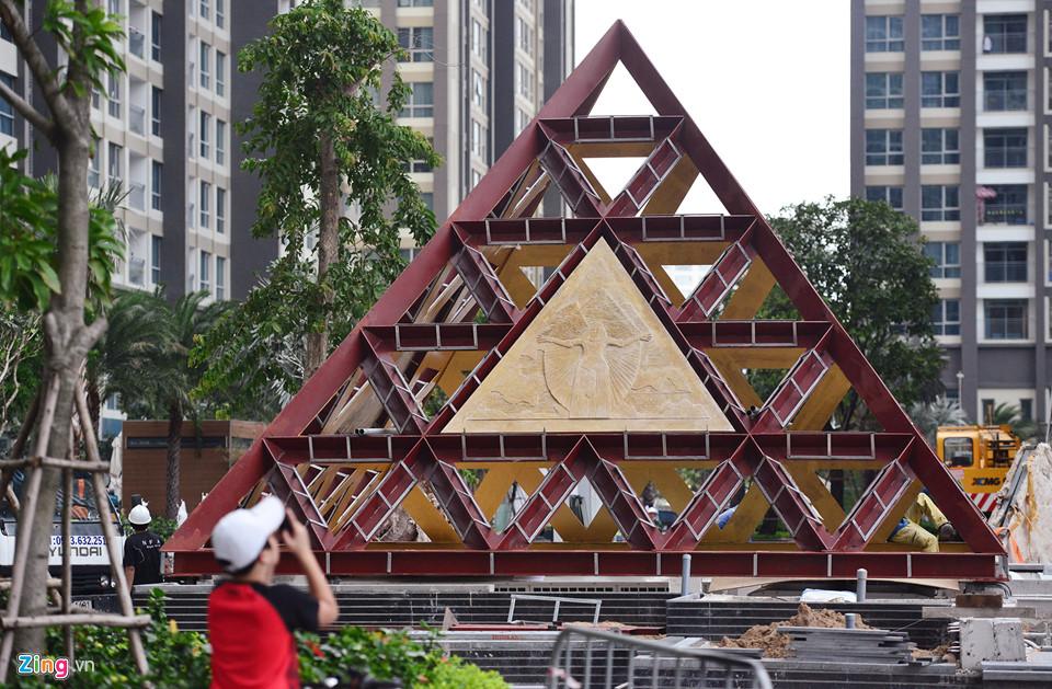 Một trong những mô hình kiến trúc kim tự tháp dưới chân tòa nhà được lắp đặt.