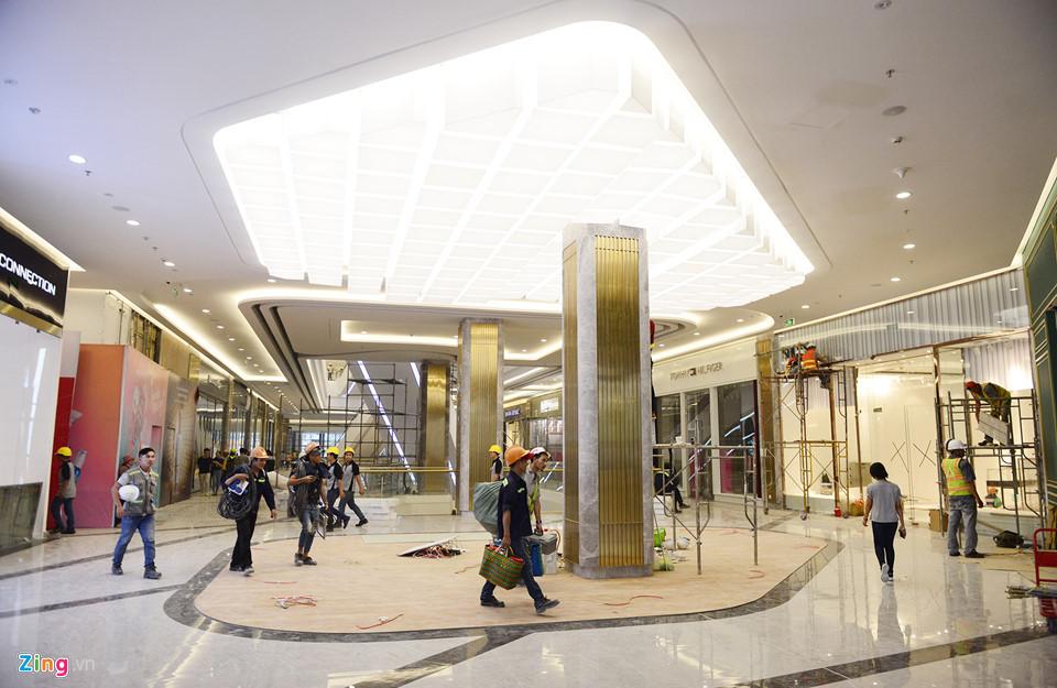 Diện mạo khu mua sắm đã dần hoàn thiện. Hàng loạt nhãn hàng thời trang, phụ kiện, ẩm thực... với các tên tuổi quen thuộc trong nước và quốc tế đã có mặt tại đây như Starbucks, Versace Jeans, Armani Exchange, Tommy Hilfiger, Valentino Creations...