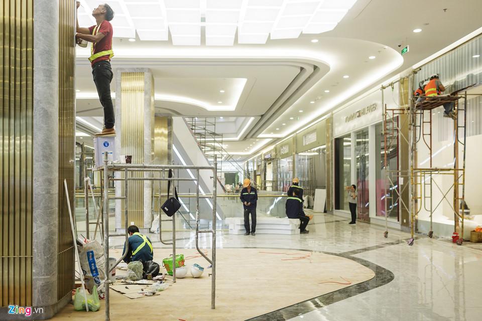 Hàng trăm nhân công tập trung thi công liên tục 3 ca tại khối đế của tòa nhà. Phần việc thời điểm này là hoàn thành những kết cấu kiến trúc chung từ mặt sàn, trần, cột đến thang cuốn, trồng hoa kiểng, lát vỉa hè...