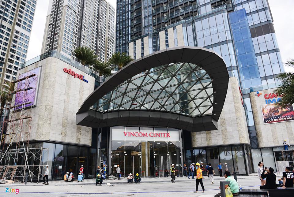 Mái vòm bằng thép là thiết kế ấn tượng bên ngoài trung tâm thương mại này. Khu mua sắm nằm trong tòa nhà cao nhất Việt Nam được đưa vào khai thác sau 2 năm xây dựng.