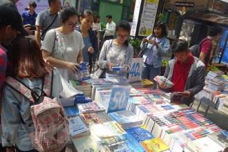 Bạn đọc tham quan và mua sách tại các gian trưng bày. (Ảnh: Gia Thuận/TTXVN)