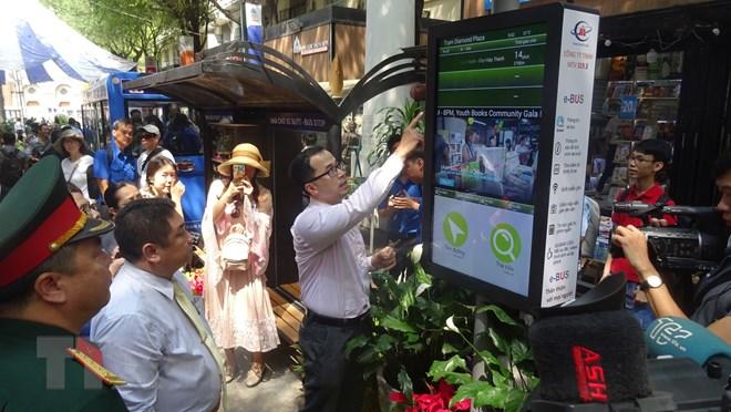 Du khách tìm hiểu mô phỏng Bảng tra cứu thông tin điện tử đầu tiên tại Đường sách Thành phố Hồ Chí Minh. (Ảnh: Gia Thuận/TTXVN)
