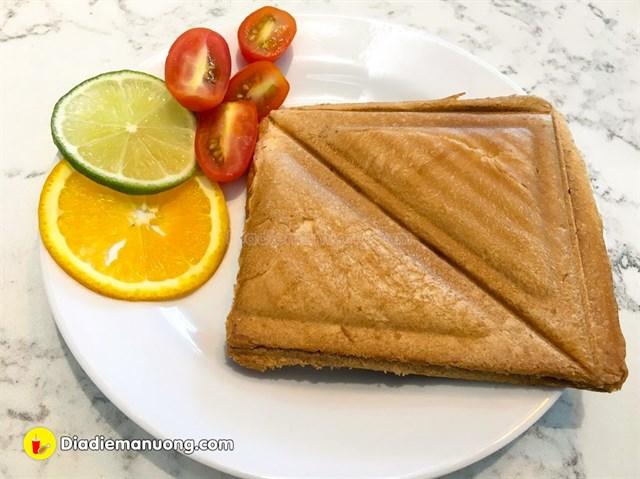 Ngoài ra, còn có bánh sandwich phô mai thịt xông khói