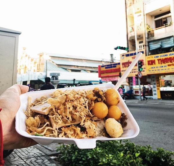 Dạo chơi chợ Tân Định cuối tuần, bạn sẽ không lo gì đói. Khu chợ này có nhiều món ngon của Sài Gòn như hủ tiếu, cháo sườn, bò bía, chè các loại... Đặc biệt, nhiều quầy hàng ăn uống ở đây được cho là vẫn giữ nguyên hương vị của một thời. Ảnh: @behindfoodcarts, @now.vn_saigon, @doiratngon, @uyenien0608.