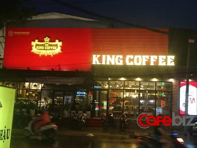Quán King Coffee có mặt bằng rộng hơn so với nhiều quán bán sản phẩm giá tương đương, nằm gần nhiều quán ẩm thực xung quanh. Qua tìm hiểu, chúng tôi được biết quán khai trường ngày 5/8. Đây là quán thứ 2 của King Coffee. Quán đầu tiên ở Gia Lai.