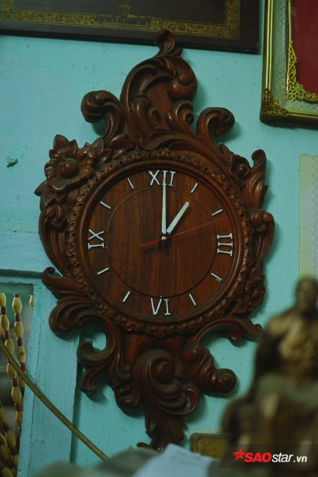 Đồng hồ treo tường được chú chính tay đẽo khắc gỗ