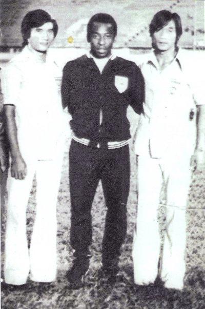 Từ trái sang: Thủ thành đội banh : Nguyễn Quốc Bảo, cầu vương Pele (Brazil), và tiền đạo Quang Đức Vĩnh tại Thái Lan năm 1974.