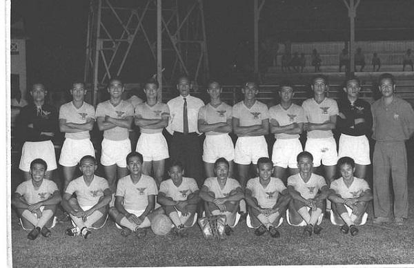 Hàng tiền đạo đội banh quốc gia đoạt cúp Quân Đội Thái năm 1974, từ trái: Nguyễn Văn Thắng, Quang Đức Vĩnh, Võ Thành Sơn (người ôm cúp vô địch), và Lê Văn Tâm.